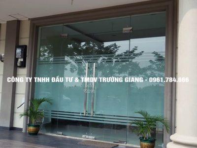 Mẫu Cửa kính cường lực nhà Bác Chung ở  Ninh Bình