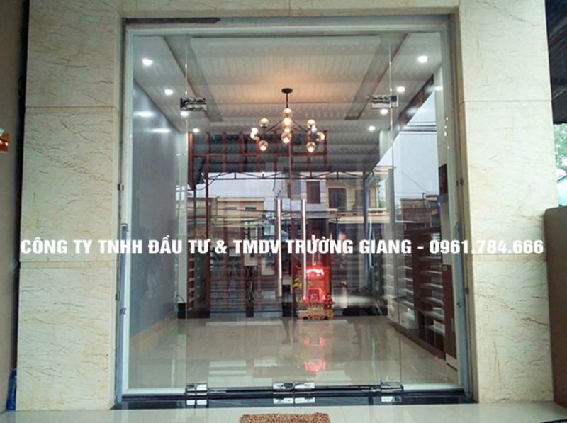 Mẫu cửa kính cường lực đẹp mở quay tại Ninh Bình