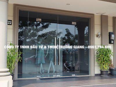 Cửa kính cường lực đẹp cửa hàng thời trang tại Ninh Bình