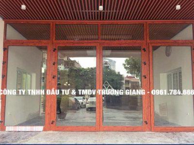 Mẫu cửa nhôm kính Xingfa 4 cánh màu vân gỗ đẹp