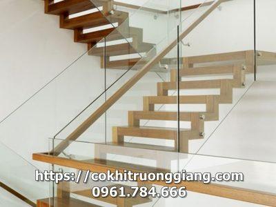 Cầu thang kính cường lực đẹp 3