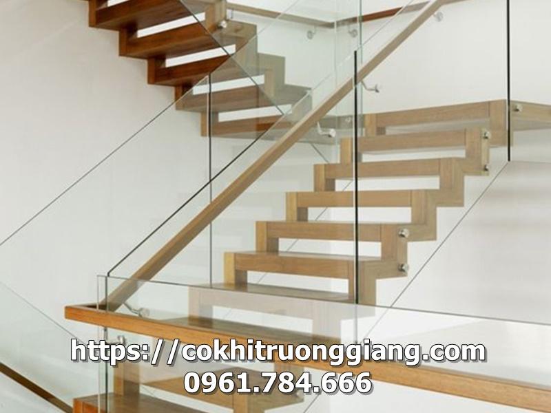 Lan can cầu thang kính tay gỗ lim tại Ninh Bình