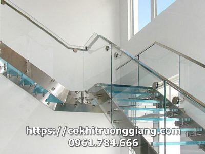 Cầu thang kính cường lực đẹp 4