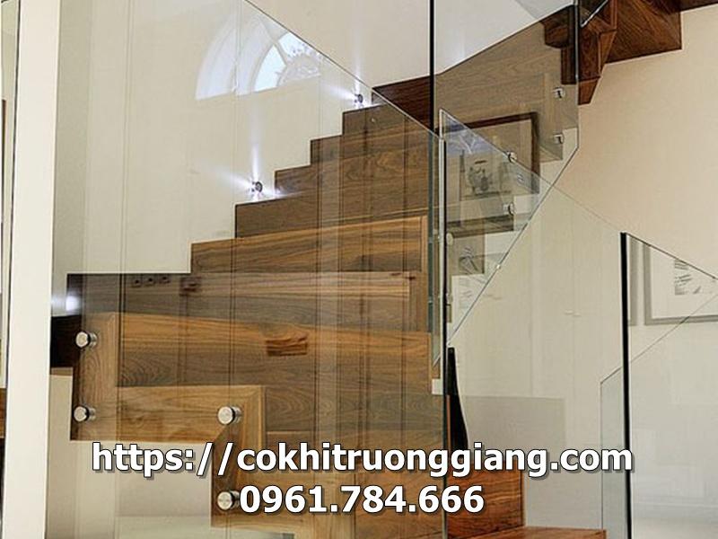 Mẫu cầu thang kính cường lực đẹp tại Ninh Bình