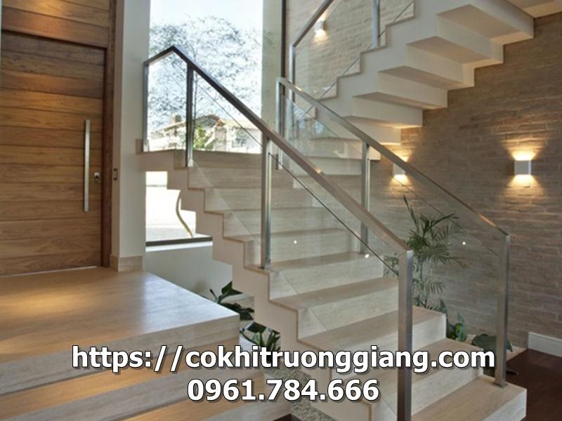 Làm cầu thang kính cường lực tại Ninh Bình