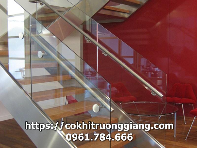 Làm cầu thang kính tay INOX bậc gỗ tại Ninh Bình